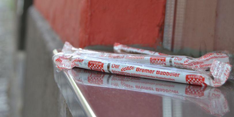 Bremer Babbeler liegen auf einer Fensterbank