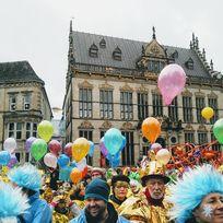 Luftballons vor dem Bremer Schütting mit Karneval-Gruppen