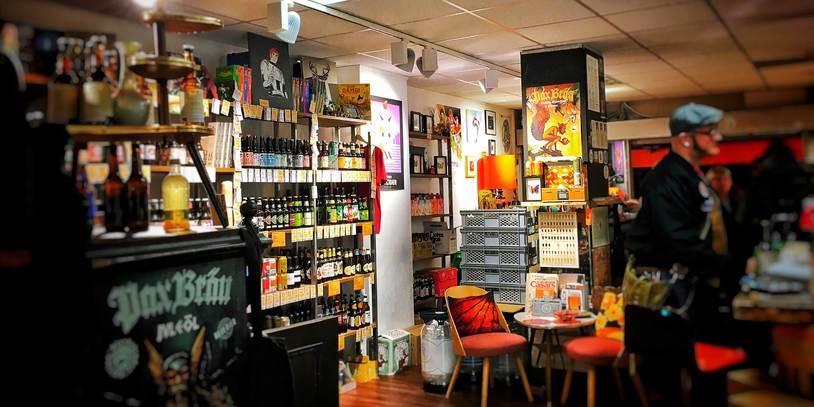 Blick in das Geschäft Brolters mit zahlreichen Regalen voller Bierflaschen