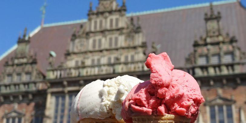 Zwei Eiswaffeln, im Hintergrund das Bremer Rathaus
