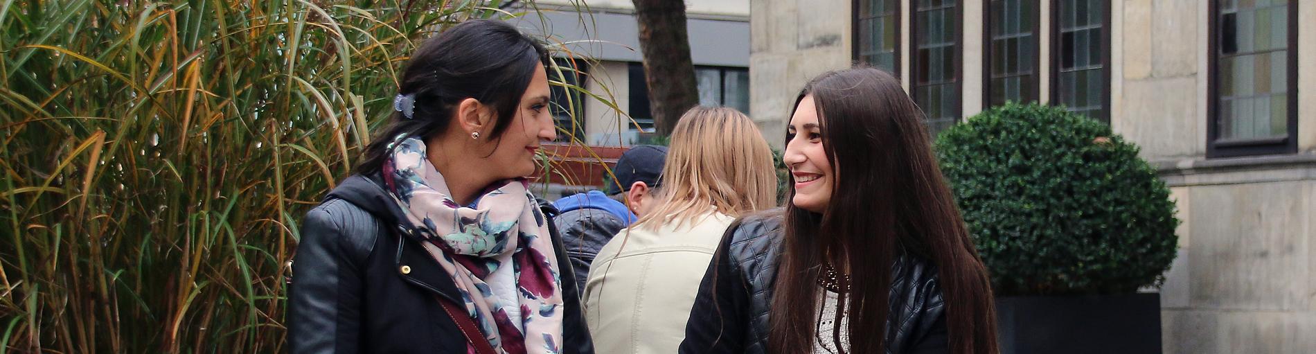 Zwei Frauen machen Shoppingpause am Ansgarikirchhof