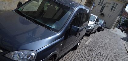 Parkende Autos in einer Seitenstraße.