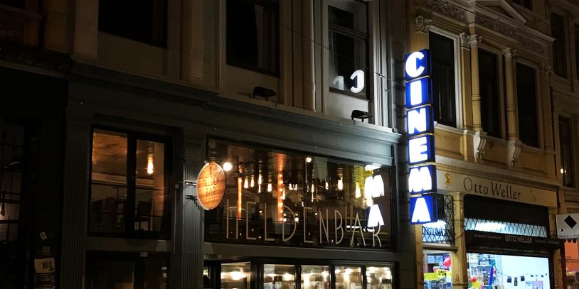 Nächtliche Aufnahme der Fassade des Cinema Ostertor mit Heldenbar
