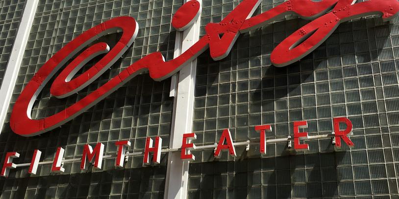 Der Name City 46 steht in großen roten Lettern an der Front des Kinos