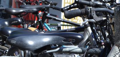Mehrere Fahrräder in einer Reihe