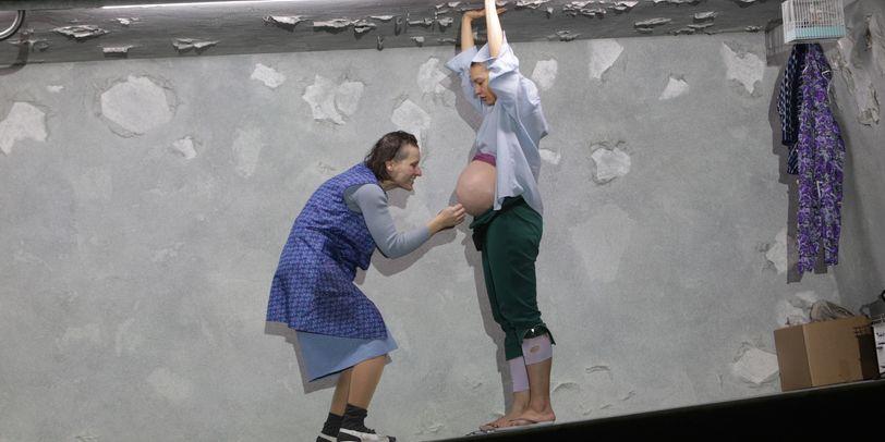 Zwei Frauen stehen auf der Bühne, eine hat einen dicken Babybauch.
