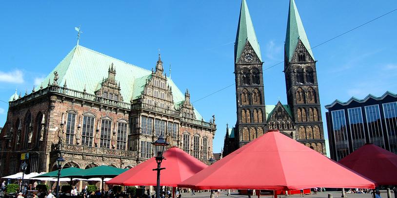 Blick vom Marktplatz aus Richtung Südost zwischen Rathaus und Bürgerschaft hindurch auf St. Petri Dom; Quelle: frauenseiten / Antje Robers