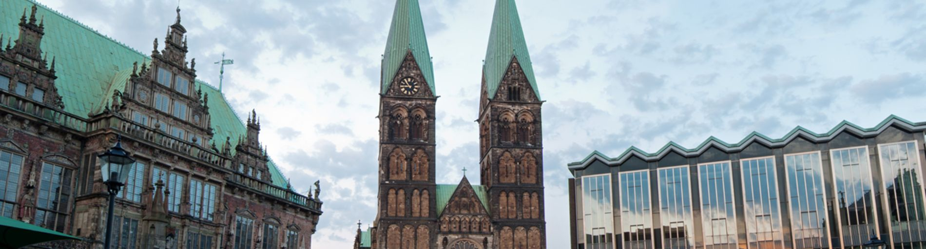 Blick vom Marktplatz aus Richtung Südost auf St. Petri Dom zwischen Rathaus und Bürgerschaft