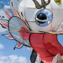 Leichtflieger in Form eines chinesischen Drachens am Himmel