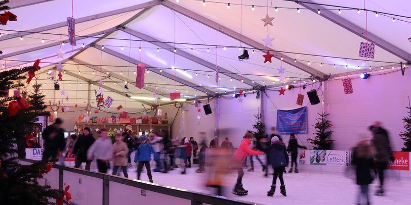 Eine gut besuchte Eislaufbahn auf dem Vegesacker Winterspaß.