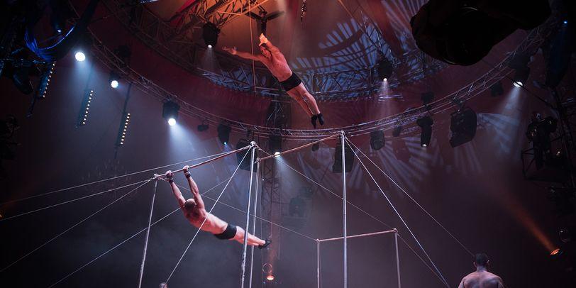 Ein Mann turnt am Trapez