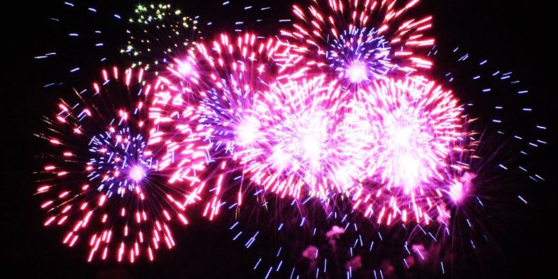 buntes Feuerwerk am Himmel