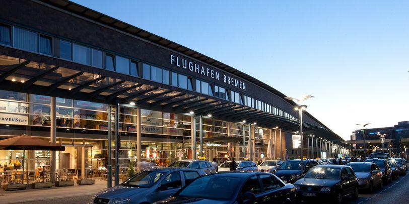 Abendliche Außenansicht des Flughafens Bremen.