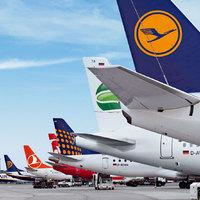 Flugzeuge stehen auf dem Vorfeld des Bremer Flughafens