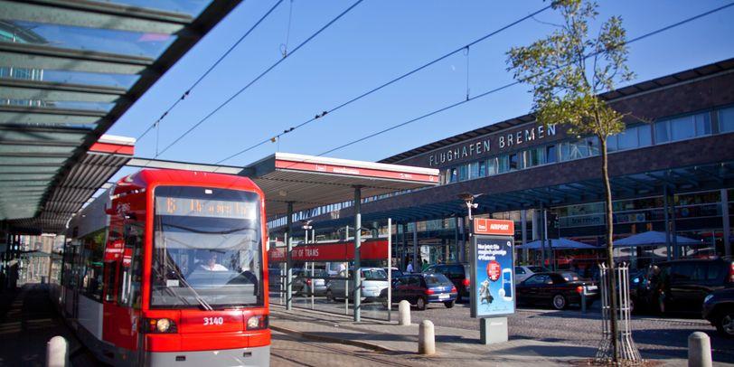 Haltestelle mit Straßenbahn am Flughafen Bremen.