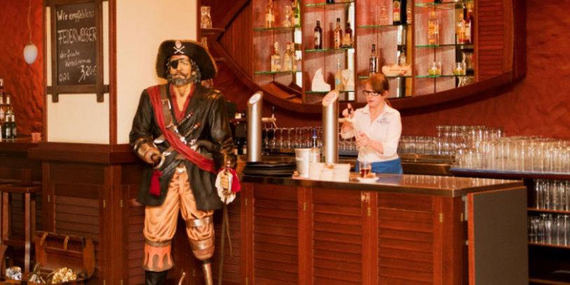 Eine Mitarbeiterin des Friesenhof zapft Bier.