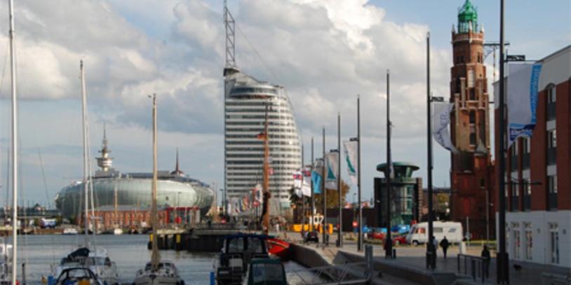 Yachthafen mit modernen Gebäuden im Hintergrund