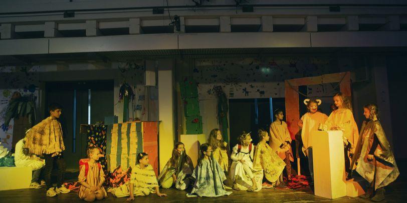 Kinder auf der Bühne beim KinderFerienLabor 2018 der Hoschule für Künste