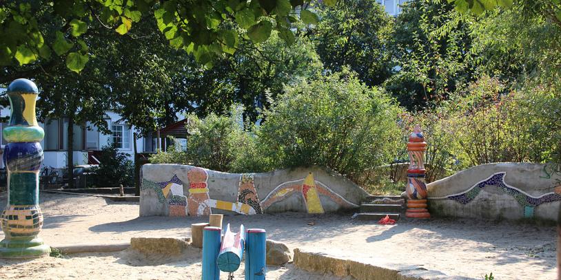 Farbenfrohe Mosaike und Keramik-Stelen schmücken den Spielplatz am Liegnitzplatz (Quelle: WFB/bremen.online).