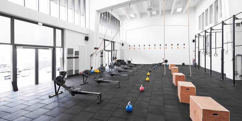 Blick in die Box von CrossFit move your life mit diversen Sportgeräten.