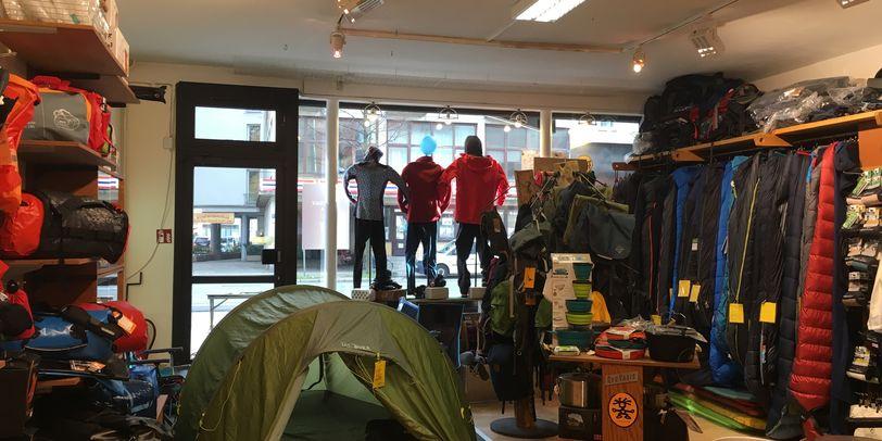 In dem Laden ist ein Zelt beispielhaft aufgebaut.