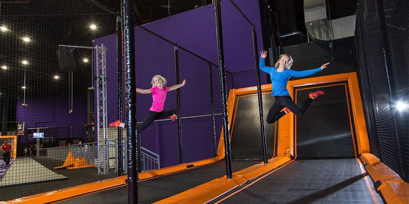 Hüpfende Kinder im Jump House Bremen