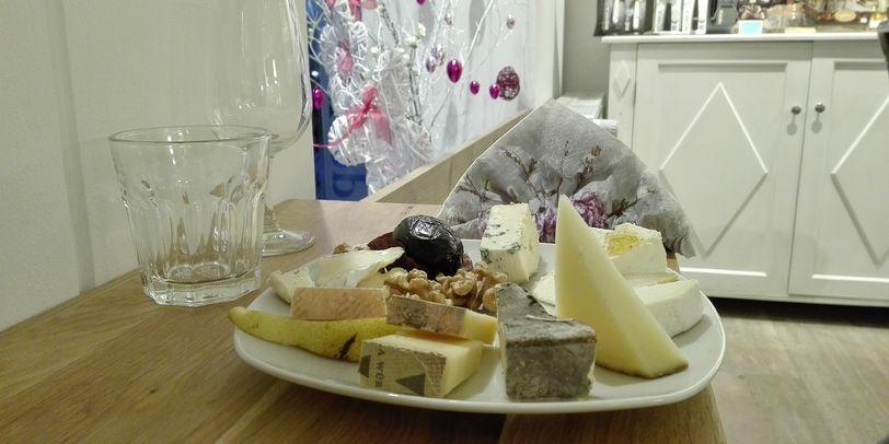 Ein Teller mit verschiedenen Käsevariationen, Birnen und Walnüssen