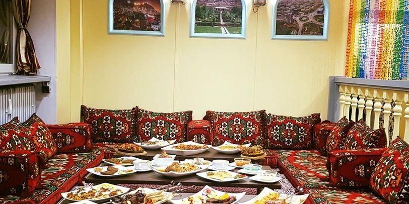 Afghanische Sitzecke mit Kissen in traditionellem Muster.