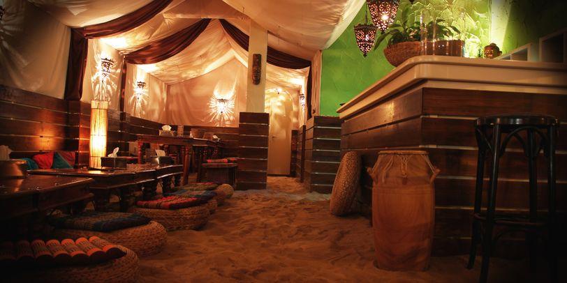 Restaurant Kamayan mit Sitzkissen auf dem Sandboden und Zeltdach.