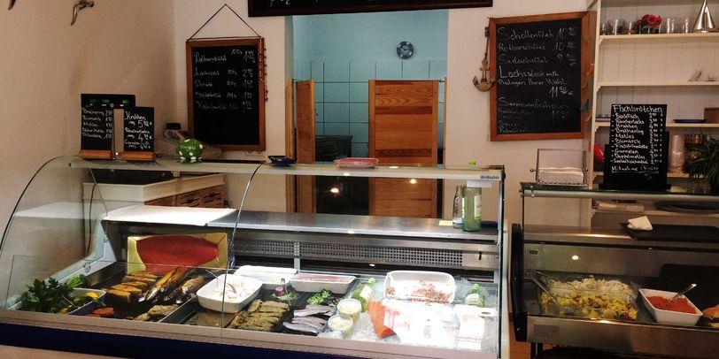 Blick auf die Kühltheke in Kantjes Fischimbiss