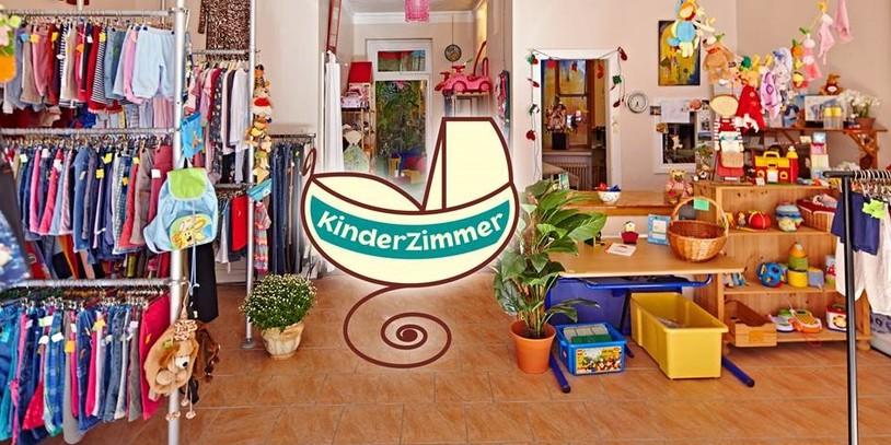 Spielzeug und Kinderkleidung im Geschäft: Das Kinderzimmer