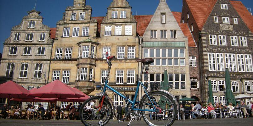 Ein Klapprad vor der Kulisse des Bremer Marktplatzes