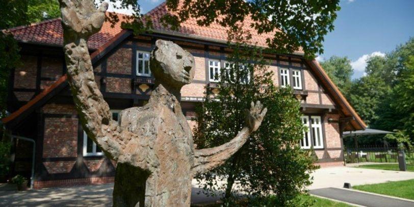 Ein Kunstwerk vor dem Haus Kränholm
