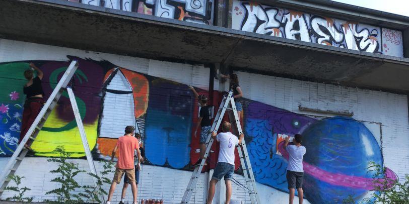Menschen areiten am Graffiti: Artspace