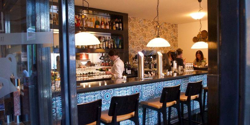 """Blick vom Eingang auf die Bar im Restaurant """"La Niña""""."""
