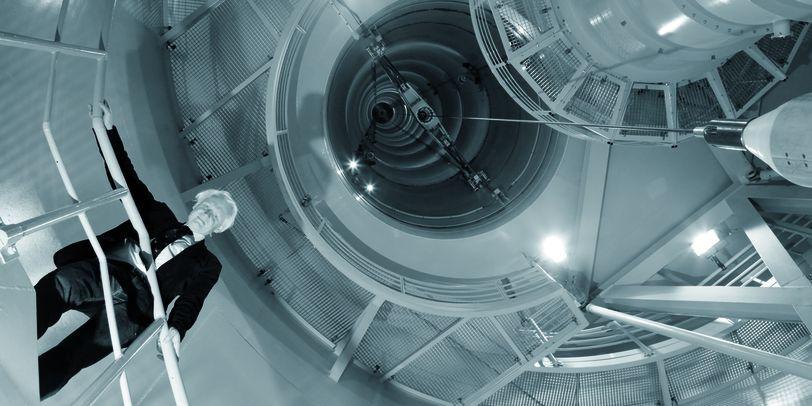 Ein Mann schaut von einer Rampe nach unten.