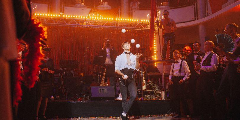 Eine Band spielt auf einem Maskenball