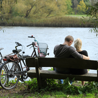 Ein Paar sitzt auf einer Bank an der Lesum