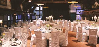 Feierlocation Lür Kropp Hof mit eingedeckten Tischen