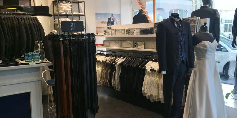 Blick in einen Laden mit Anzügen und Krawatten für Männer.