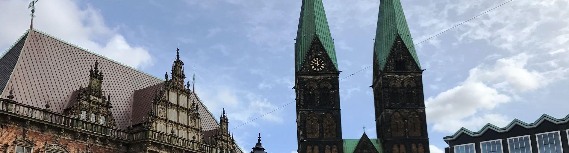 Blick auf Rathaus, Dom und Bürgerschaft auf dem Bremer Marktplatz.