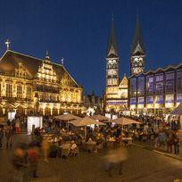 Der stimmungsvoll beleuchtete Marktplatz am Abend anlässlich des Musikfestes.