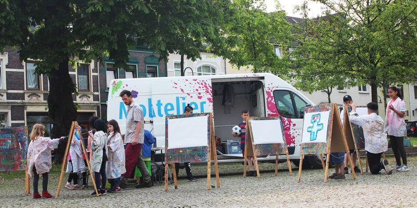 Kinder malen beim Mobilen Atelier