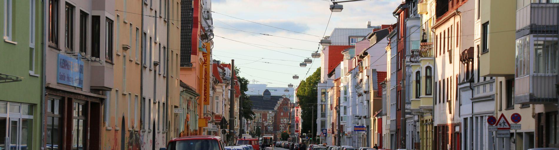 Straßenzug in der Neustadt, zu sehen sind viele bunte Häuser