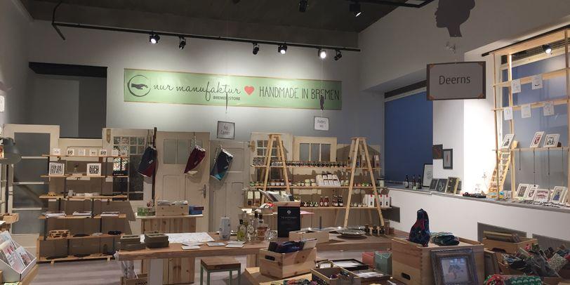 Der Standort der Nurmanufaktur an der Bischofsnadel. Viele Produkte liegen in den Regalen des hellen Geschäfts.