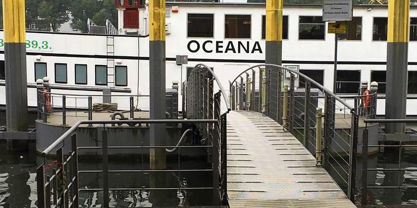 Die Oceana an ihrem Anlieger auf der Weser.
