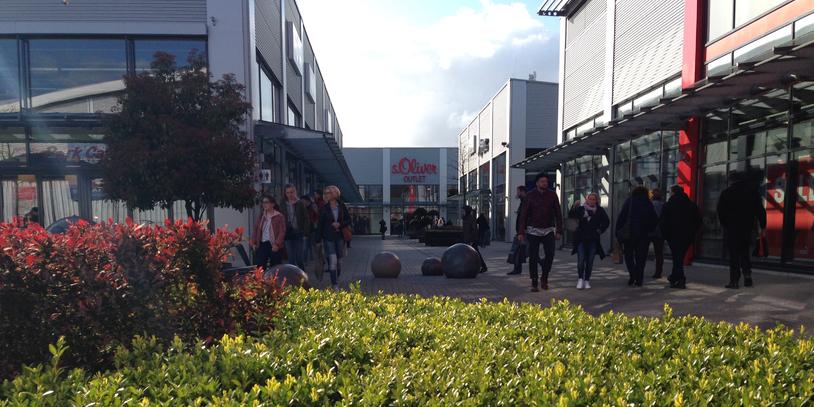 Geschäfte und bummelnde Menschen im Bremen Ochtum Park