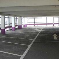 Leere Stellplätze für Autos in einem Parkhaus