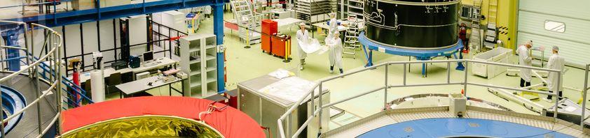 Reinraum mit Wissenschaftlerinnen und Wissenschaftlern bei Airbus Bremen