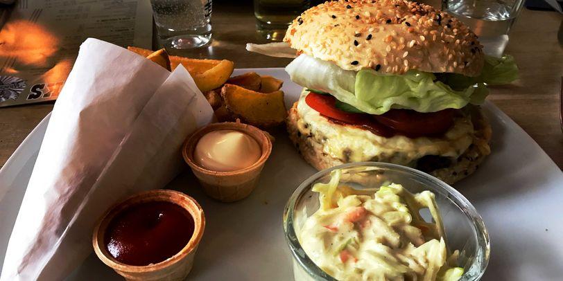 Burger mit Pommes und Coleslaw